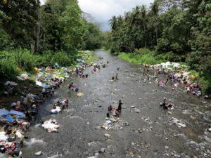 Rio Abade, vicino a Agua Izé: le donne fanno il bucato la domenica mattina    (foto Giorgio Pagano)