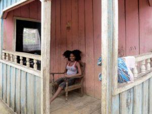 Piantagione di Diogo Vaz, ragazza con i capelli ricci     (foto Giorgio Pagano)