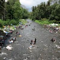 Agua Izè,le donne fanno il bucato nel rio Abade la domenica mattina